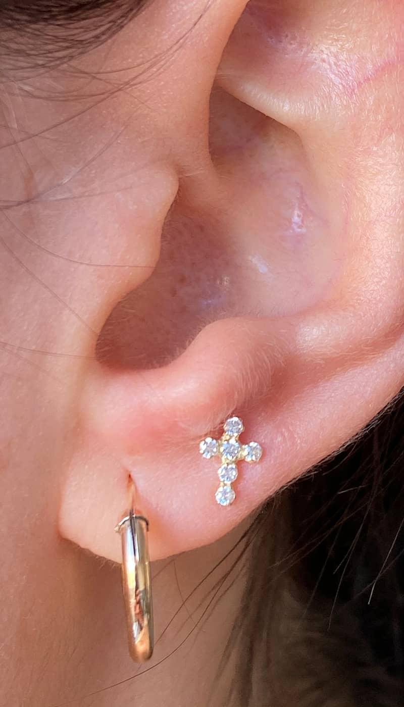 piercing-oreja-trebol-cruz-byou-jewelry-oro-2