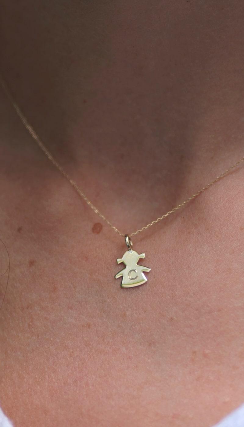 Colgante_Niña_Dia_de_la_madre_byou_jewelry_modelo2-min